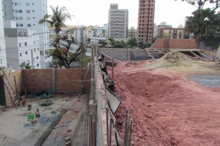 Ótimo Lote no bairro Sagrada Família, pronto para construção, próximo a Avenida Cristino  Machado. Lote de esquina e murado.    Atualizado em 20/11/2017.