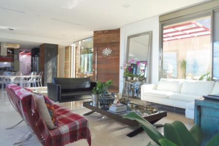 Excelente casa em condomínio  Casa Em Condomínio, decorado, com acabamento de luxo com 550 m2, 4 quartos, 1 sala, 6 banhos, sendo 4 suítes, 5 vagas, sendo 5 vagas livres. Detalhes do casa em condomínio: Closet; Varanda; Claro Arejado; Despensa; Área Serviço; Banho Empregada; Quarto Empregada; Cozinha Americana; Vista Panorâmica; Iluminação Planejada; Decorado; Hidromassagem; Ar Condicionado; Acabamento de Luxo; Teto Rebaixado; Box Blindex. Tem armários nos quartos. Detalhes da Casa: Guarita; Interfone; Portão Eletrônico; Gás Canalizado; Porteiro 24h; Jardim. Piscina.    Atualizado em 23/05/2018.