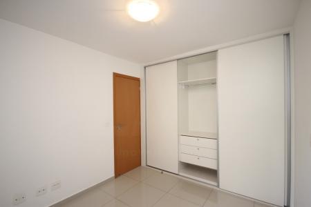 Excelente apartamento com 45m²; sala para 02 ambientes com piso em porcelanato; 01 suíte, com piso em porcelanato, armários; banho com piso em porcelanato, bancada em granito, armários e box; cozinha americana, com piso em porcelanato, bancada em granito, armários; área de serviço. Prédio novo; totalmente revestido em textura; hall social decorado; portaria 24h; lazer com salão de festas, espaço gourmet, espaço fitness, sauna, piscina, jardins; 04 elevadores; 01 vaga de garagem livre. Visitas acompanhadas.
