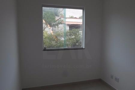 Excelente apartamento com aproximadamente 55m², em ótima localização, arejado, primeira locação.  Imóvel constituído em 01 sala com piso em cerâmica para 02 ambientes, 02 quartos amplos piso cerâmica, banho social , piso cerâmica, cozinha com bancada em granito, piso cerâmica, 01 área de serviço ampla piso cerâmica. Prédio revestido em pintura texturizada, interfone,  01 vaga de garagem coberta.    Atualizado em 10/12/2017.