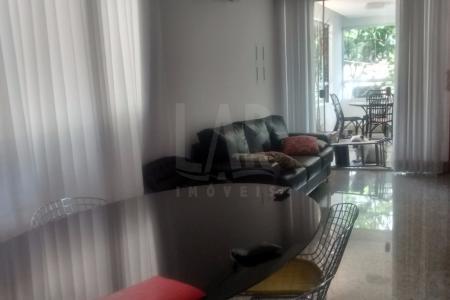 Apto com ampla sala para 2 ambientes com piso em granito, varanda ampla fechada em blindex , piso em granito , 3 Quartos, sendo uma suite com closet , apenas 2 Qts. com armários, banhos social e suite com box blindex, piso e bancadas em granito , espelho ate o teto.Cozinha com piso e bancadas em granito preto e  armários , área de serviço com piso em granito preto e bancada em vidro.  Prédio semi novo todo revestido em cerâmicas, na melhor localização do bairro , próximo a farto comercio , como padarias ,sacolão, academias, farmácias, supermercados, elevador , hall social decorado ,circuito interno de TV, gás canalizado , 2 vagas de garagens em linha, box de despejo , água individual. todo em esquadria em alumínio com venezianas. jardim frontal.    Atualizado em 22/09/2017.