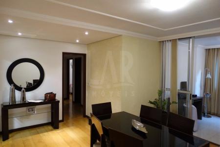 Excelente apartamento  com área privativa toda em cerâmica, no Bairro Fernão Dias, a menos de dois quarteirões da estação Minas Shopping do Metrô. Prédio com elevador, sistema de câmeras HD, salão de festas, quadra, piscina, espaço gourmet com churrasqueira, sauna e academia. 01 Salas, sendo uma com projeção de iluminação no teto, piso laminado e divisória em blindes de vidro e cortina, 01 Varanda com piso em porcelanato de frente para sala. 03 Quartos com armários e piso laminado, sendo 1 com suite e closet. 01 Banheiro social com armário e box. 01 Cozinha com Armários planejados e com ligação hidráulica, elétrica para lava-louças, piso em cerâmica. 01 Área de serviço, e DCE. 03 Vagas de garagens demarcadas e 02 cobertas.    Atualizado em 10/12/2017.