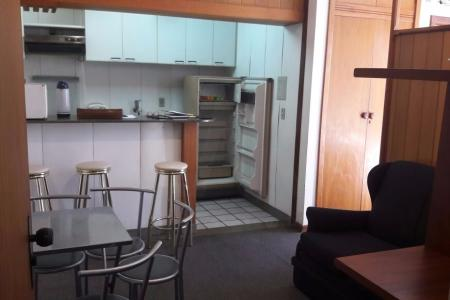 Apartamento tipo Flat  Sala integrada com cozinha americana  banheiro e quarto com varanda. Cozinha com bancada de granito fogão e armários de formica ,geladeira. Banheiro com piso em cerâmica e bancada em granito. O apartamento está localizado ao lado de estacionamento.    Atualizado em 22/01/2018.
