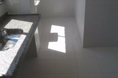 Apartamento novo,  de 80 m² com  2 (duas)  suites, sendo 1 com varanda, sala para 2 ambientes, cozinha, área de serviço, banheiro de empregada, corredor e banheiro social. Piso em porcelanato. Apartamento claro,  janelas grandes em alumínio, cozinha ampla com janela e área de serviço separada com janela.  2 vagas de garagem livres.    Atualizado em 01/10/2018.