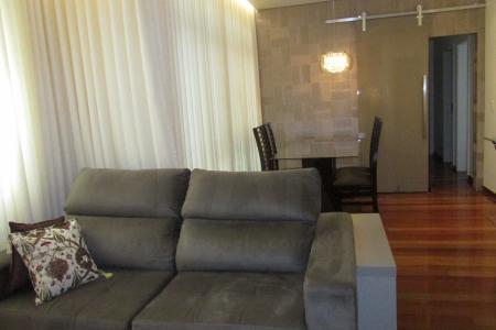 Prédio em localização privilegiada na divisa dos bairros Cruzeiro e Savassi. Duas quadras do Pátio Savassi, fácil acesso ao Mangabeiras e região hospitalar, variado comércio, várias linhas de ônibus. Totalmente revestido em cerâmica, jardim frontal, CFTV, hall social decorado, 1 elevador. Lazer com espaço gourmet, churrasqueira e salão de festas. Área livre. 2 vagas em linha. Box de Despejo. Apartamento possui ampla sala para 2 ambientes com piso em tábua corrida, rebaixamento de teto com projeto de iluminação. 3 quartos com armários novos, piso em tábua corrida, sendo 1 suíte. Banho social e suíte com piso e bancada em granito, armários, box em vidro temperado. Rouparia. Cozinha com piso e bancada em granito, armários planejados. Área de serviço com piso em granito. DCE    Atualizado em 21/01/2018.