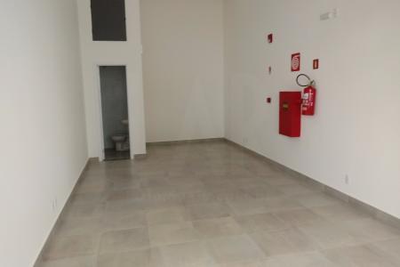 Excelentes lojas perto do clube Jaraguá  e de toda infra estrutura do bairro, inclusive  do Aeroporto da Pampulha. São metragens variadas de 23 a 38 m² sendo pé direitio de 4,5 m e contendo 13 vagas de garagem para clientes, com uma frente em paisagismo e bem arborizado. As lojas são todas com fechamento em blindex e um banheiro.    Atualizado em 13/11/2018.