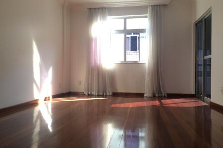Excelente apartamento 4 quartos (1 suíte) + ampla DCE, com armários, varanda, reformado, 107,72 m2 de área de rodapé, 2 vagas de garagem, silencioso, 2 unidades por andar.  Apartamento todo estruturado, com excelente conforto acústico, claro e arejado. Os quartos são amplos, sendo que no quarto de casal (suíte) cabem 1 cama king size e 2 criados-mudos. Em outro quarto cabem 1 cama queen size e 2 criados (ou, 1 cama de casal padrão, 2 criados e 1 cama single). Os outros 2 quartos também são espaçosos. Nas vagas de garagem cabem 1 carro grande e 1 carro pequeno, ou 2 carros médios. Prédio pequeno, com churrasqueira, vizinhança bastante familiar, e com apenas 12 apartamentos.  Próximo à Rua Lagoa da Prata e a todo o comércio do bairro (farmácias, supermercados, restaurantes etc.) e escolas (Instituto Coração de Jesus - ICJ, CEFET-MG, Colégio Santa Maria, entre outros). Fácil acesso a mais de 10 linhas de ônibus e às grandes vias de acesso / saída do bairro: Av. Teresa Cristina, Rua Lagoa da Prata, Av. Amazonas, Av Silva Lobo e Av. Barão Homem de Melo.    Atualizado em 22/10/2017.