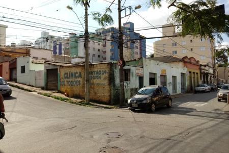 TERRENO DE ESQUINA, COM ÓTIMA LOCALIZAÇÃO, PRÓXIMO DE HIPERMERCADOS.  TERRENO COM BARRACÕES E LOJAS DE PEQUENO PORTE, NA JAVA COM JUNQUILHOS, TOTALIZANDO 747, 00 m²  PRÓXIMO DA AMAZONAS, SILVA LOBO E BARÃO HOMEM DE MELO OPÇÃO EXCELENTE PARA UM GRANDE EMPREENDIMENTO.    Atualizado em 10/12/2018.