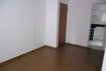 Prédio pequeno bem localizado, recuado, frente em alvenaria, 100% revestido em pintura, portão eletrônico, cerca elétrica, 01 vaga tipo estacionamento descoberta.  Apartamento composto de:  01 sala para 02 ambientes, piso em laminado, teto em gesso. 02 quartos, sendo 01 quarto com armário, ambos piso em laminado, teto em gesso. banho social com armários, piso em porcelanato, bancada em mármore com bojo de sobre por em louça, box em blindex, paredes em cerâmica, teto em gesso. corredor, piso em laminado, teto em gesso. cozinha com ótimos armários, piso em porcelanato, bancada em granito, paredes em cerâmica, teto em gesso. área de serviço com armário, piso em porcelanato, paredes em cerâmica, teto em gesso.    Atualizado em 09/12/2017.