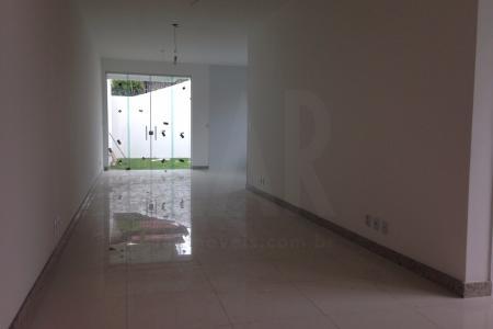 EXCELENTE CASA GEMINADA NA MELHOR REGIÃO DO CASTELO!  Isolamento acústico! 1° nível: Sala ampla para 03 ambientes com piso em porcelanato, lavabo com bancada em granito. Cozinha com bancadas em granito, portas em blindex com acesso à area de fundo.  2° nível: 04 quartos com piso em laminado, sendo 01 suíte com closet, banho com bancada em granito e varanda, 01 suíte com closet, banho com bancada em granito, 02 quartos com piso em laminado, banho com bancada em granito.  Escada em granito, blindex e alumínio. Janelas e varandas em blindex.  Área de servico coberta, banho, área de passagens laterais, ampla área privativa. Garagem com 02 vagas cobertas e 02 descobertas.  ***** VALOR DE IPTU ESTIMADO - IMÓVEL NOVO! *****    Atualizado em 07/12/2018.