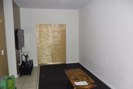 Prédio bem localizado, recuado, 100% revestido em pintura texturizada, portão eletrônico, sistema de segurança com alarme e câmeras, hall de entrada, Área gourmet com churrasqueira e piscina. 01 vaga de garagem livre descoberta.  apartamento:  varanda, piso em porcelanito, teto em gesso. Sala para 02 ambientes em porcelanato. 03 quartos com armários, piso em porcelanato, teto em gesso, sendo 01 suite. Banho social e suíte ambos com armários, piso em cerâmica, bancadas em mármore, paredes em cerâmica. corredor com rouparia, piso em porcelanato, teto em gesso.  Cozinha com armários, piso em porcelanato, bancada em granito, paredes em cerâmica. Área de serviço, piso em porcelanato, teto em gesso.    Atualizado em 19/01/2018.
