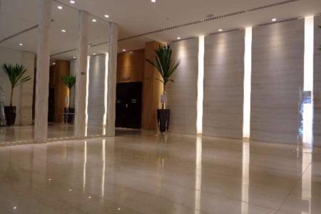 """Vias de acesso: Av. Prudente de Morais, Av. do Contorno, Av. Olegário Maciel, Av. Raja Gabaglia PRÉDIO: Imponente de luxo, fachada em textura e pele de vidro espelhado, projeto de paisagismo externo e interno, 03 elevadores, 19 apartamentos por andar, 21 pavimentos, espaço fitness, sauna, SPA com jacuzzi, sala de repouso, piscina com raia de 20m, recepção 24 horas finamente decorada e suntuosa, paredes espelhadas com piso em Mármore Carrara, espaço para eventos modulados com 300m², foyer e sala de apoio, restaurante aberto ao público, áreas comuns e conveniências com rentabilidade para POOL. Idade: 08 meses.  APTO: Suíte com área de 21,50m² teto rebaixado, ar refrigerado, paredes revestidas em papel de parede, armários, mobiliado e com decoração luxuosa com cama de casal king, bancada suporte, cadeira escritório giratória, cadeira de repouso, frigobar, abajur, TV led 32"""", telefone sem fio, quadros decorativos e enxoval completo, piso em porcelanato fosco, banheiro com blindex.    Atualizado em 26/07/2018."""