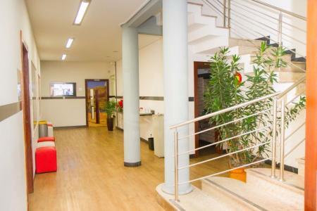 Em excelente localização proximo à Av. do Contorno e Pátio Savassi. Terreno de 300m², sendo 10m x 30m. Área construida de aproximadamente 650 m², composto de 3 pavimentos.  1º :Recepção, 04 amplas salas, auditório , 2 banheiros (M/F), área livre , podendo ser utilizado como espaço gourmet para 50 pessoas; 2º : hall social amplo,  05 amplas salas, 2 banheiros (M/F). 3º ; sala ampla, área externa. sub-solo: entrada independente, copa, banheiro, vestiário, almoxarifado, sala de CPD.    Atualizado em 19/01/2018.