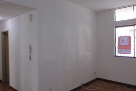 Excelente Apartamento  de aproximadamente 75 M²  01 Sala, 02 quartos com armários, 01 Banho social com box blindex e bancada em granito, 01 Cozinha com armários e bancada em granito, piso em cerâmica e bancada em granito, DCE, prédio com porteiro 24 horas, 01 Vaga de garagem coberta com rodizio.    Atualizado em 23/01/2018.