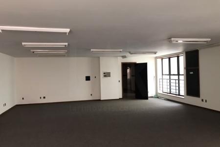 1)  Sub-solo: Área de 1.140 m², utilizado como garagem. Para ocupação livre, dispõem-se 66 vagas e em sistema de manobrista aproximadamente 80 vagas. Piso em concreto liso. Paredes pintadas. A região do imóvel apresenta ampla disponibilidade de estacionamentos cobertos.     2)  Loja térrea: Área de 993,76 m², ao nível da rua, composta de um grande salão, com entrada para carga e descarga de veículos pesados e estacionamento para 08 veículos no passeio em frente à loja. Pé direito com 09 metros, possibilitando a duplicação da área desta loja. Possui um grande banheiro e vestuário para funcionários. Iluminação zenital por domus em sua parede central. Piso revestido em marmorite com paredes em cerâmica. Fechamento da loja em portas de aço e grade de proteção no recuo frontal. OBS.: No pavimento térreo tem-se cerca de 100,00m² destinados ao hall de entrada, não pertencentes à loja.   3)  Sobreloja: Área de 446,07 m², com comunicação direta com a loja. 02 banheiros e uma ampla escada. Piso em paviflex, paredes pintadas em látex e teto de gesso.   4) 2º pavimento: Área de 1.111,96 m². Amplo salão em vão livre, com pé direito de 09 metros, possibilitando a duplicação de sua área. Composto de amplos banheiros, 01 copa e ampla escada de comunicação com a sobreloja. Piso revestido em marmorite, paredes pintadas em látex e esquadrias em alumínio preto com vidros fumê.   5) Pilotis: Área de 399,68m², utilizado como auditório e biblioteca. 02 banheiros, copa, cozinha e uma área externa com jardins. Área externa com aproximadamente 380m² de piso, poderá ser coberta. Piso em cerâmica polida, paredes em cerâmica, tetos em gesso, esquadrias em alumínio preto, janelas e portas de acesso à área externa em vidro temperado fumê.   6) 4º ao 11º pavimentos (total de 08 andares | 24 salas): Área de 399,68 m² cada andar, totalizando uma área de 3.197,44 m². Cada pavimento com 03 (três) salas com 128m² de área interna, unidas pelo hall de elevador e escada. As salas se comunicam entre si e p