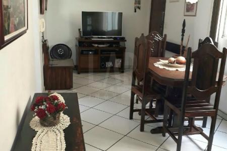 Apartamento no bairro Santa Cruz.  Sala ampla. 03 quartos armários e piso em cerâmica. 01 banho com piso em cerâmica e bancada em granito e armários. Cozinha com piso em cerâmica, bancada em granito e armários. Área com tanque.    Atualizado em 21/05/2018.