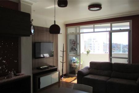 APARTAMENTO MOBILIADO  Excelente apartamento mobiliado; com 70m²; sala para 2 ambientes, com varanda em fechamento em vidro, com piso em tábua corrida; 2 quartos, com quarto de empregada montado (Pode ser usado como 3 quarto),armários; 1 suíte, box blindex, armários, cozinha com armários; área de serviço. Prédio 100% revestido, 09 andares,4 apartamentos por andar; esquadrias alumínio; portaria 24h; hall social decorado; lazer com piscina, salão de festas; 2 vagas livres de garagem no E1.    Atualizado em 19/01/2018.