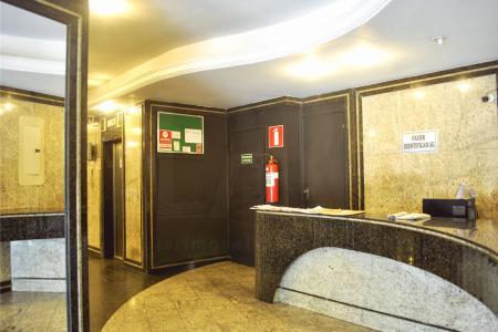 Excelentes salas comerciais com aproximadamente 30 m², em ótima localização, Próximo ao colégio Loyola e Tribunal de Justiça. Sala com Teto rebaixado em gesso, iluminação direta e indireta, piso em cerâmica, 01 banho social com espelho e piso em cerâmica.  Prédio 100% revestido, porteiro físico 24h, circuito interno de segurança, 02 elevadores. Como chegar: siga Avenida do Contorno em frente ao nº 7962.    Atualizado em 13/10/2018.