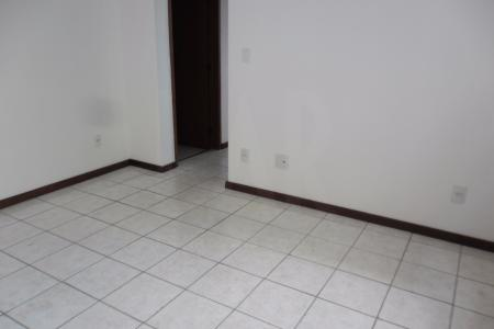 Prédio: pequeno, recuado, gradeado, 100% revestido em cerâmica e pintura texturizada, gás e água canalizado, guarita para porteiro físico, cerca elétrica, circuito interno de tv, 01 vaga coberta livre e demarcada. Apartamento :  01 sala, piso em cerâmica, teto em gesso. 02 quartos, piso em laminado, teto em gesso, sendo 01 suite. Banho suite e social, piso em cerâmica, box em blindex, paredes azulejadas. corredor, piso em cerâmica, teto em gesso. cozinha, piso em cerâmica, bancada em granito, paredes azulejadas. área de serviço, piso em cerâmica, paredes azulejadas.