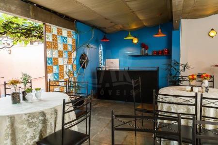 Linda casa comercial de aproximadamente 345 M²  Antiga casa de festas com ambiente charmoso e preparado com 02 Salas amplas e 04 Banheiros preparados, ornamentação rústica e iluminação ambiente. Localizada no melhor ponto comercial do Bairro Sagrada Família.    Atualizado em 12/06/2018.