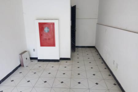 Loja com frente sob marquise grande,  pé direito com 3,5m piso cerâmico Banheiro com acessibilidade.  Passeio recuado com possibilidade de estacionamento em frente a loja