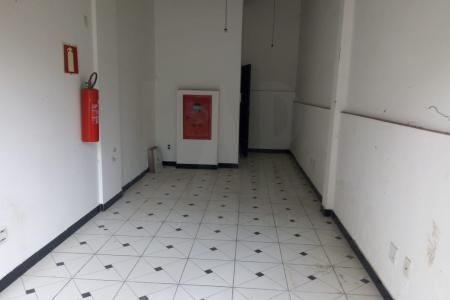 Loja com frente sob marquise grande,  pé direito com 3,2m piso em cimento grosso Banheiro com acessibilidade.  Passeio recuado com possibilidade de estacionamento em frente a loja