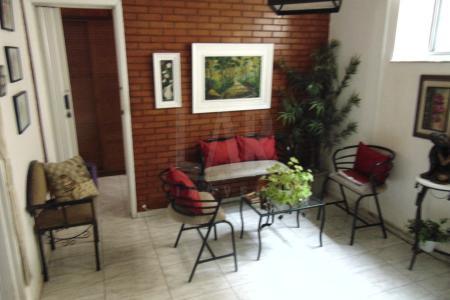 Excelente apartamento no bairro Floresta próximo a toda infra estrutura comercial da região com fácil acesso ao centro de Belo Horizonte.   O apartamento conta com uma sala ampla para dois ambientes com piso em cerâmica, três quartos com armários, banheiro com bancada em granito e box, cozinha com armários e bancada em inox, e uma área externa separada da cozinha e descoberta.    Atualizado em 16/07/2018.
