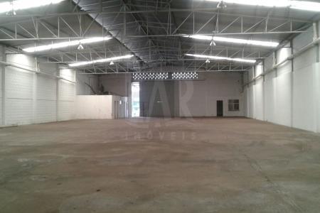 Galpão com 905m², pé direito 7m²; piso de concreto industrial polido resistente; teto em telha galvanizada, com algumas translúcidas; vestiário masculino e feminino; copa, escritório; 3 salas.