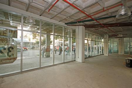 Excelente loja com 100m², ótima localização, entrada para Av. Amazonas e Alvarenga Peixoto, grande fluxo de pessoas, salão amplo, 3 banhos, 1 sala, prédio novo, revestido em granito e vidros espelhados.  Vagas de Garagem Opcionais  SEM TAXA DE CONDOMÍNIO.    Atualizado em 10/04/2018.