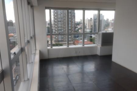 Prédio: Revestido de pele de vidor com detalhes de granito, 3 elevadores, portaria, 7 pavimentos. Sala de 24,08 m²  com piso elevado para cabeamento e banheiro.    Atualizado em 14/06/2018.