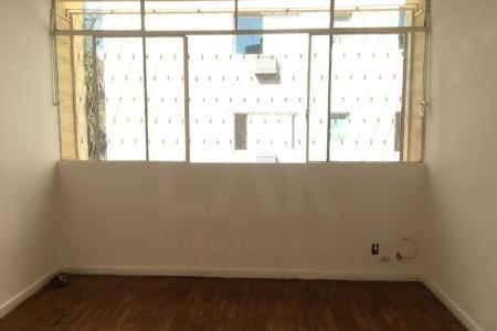 Apartamento com 95 m2, 3 quartos, 1 sala, 1 banho, 1 vaga. Detalhes do apartamento: Claro Arejado; Área Serviço; Banho Empregada; Quarto Empregada. Tem armários nos quartos. Detalhes do Edifício:  Interfone; Portão Eletrônico; Gás Canalizado; Pilotis;  Próximo ao Comércio; Rua Plana  Mobília não inclusa.    Atualizado em 14/06/2018.