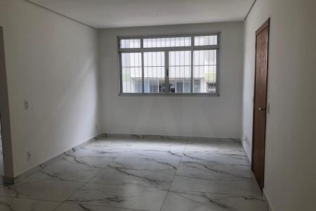 Apartamento com 78 m2, 3 quartos com piso em laminado, armários, 1 sala com piso em porcelanato, 2 banhos com piso e bancada em granito, sendo 1 suite, 2 vagas em linha , cobertas e demarcadas. Detalhes do apartamento: Claro Arejado; Área Serviço; Banho Empregada; Box Blindex. Tem armários nos quartos. Detalhes do Edifício: Interfone; Portão Eletrônico; Gás Canalizado; Pilotis; Água Individualizada; Jardim; Prédio Revestido; Próximo ao Comércio; Rua Plana    Atualizado em 27/05/2018.