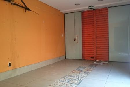 Loja em empreendimento Comercial, próximo a Av. Uruguai. Com aproximadamente 50m² (1º nivel  + mezanino), com piso em cerâmica; um banho revestido em cerâmica.    Atualizado em 14/06/2018.