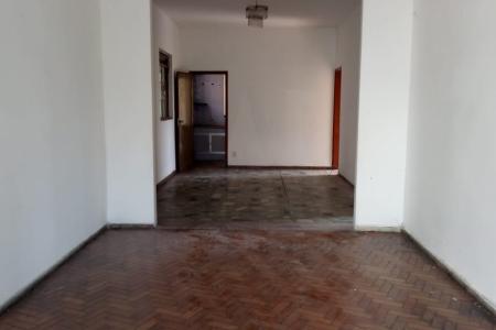 Excelente casa com aproximadamente 160 M², em um ótima localização, próximo a Av. Silva Lobo, fácil acesso ao centro de Belo Horizonte.  Constituída por: Por duas salas amplas e arejada para dois ambiente, 03  quartos amplos sendo dois deles com armários, 02 Banhos sociais e um suíte com Box em blindx,. Ampla cozinha com armários, e bancada em granito. Pisos dos quartos salas e banhos em cerâmica, ampla área externa com área de serviço fechada,. Garagem para aproximadamente 02 carros de pequeno porte.    Atualizado em 23/11/2018.