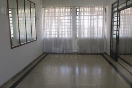 Ponto Nobre Casa com  lote de 2000 m², com área de construção de 565 m2, próximo supermercado, orla da lagoa, em excelente localização do bairro São Luiz.  casa com 3 salas, com uma varanda ampla fechada com janelas de vidro,   um escritório, 3 quartos com armários, piso taco, 3 banhos, sendo 1 suite, Cozinha com armários, copa com despensa,  área Serviço; Banho Empregada; Quarto Empregada;  parte externa:   Área Livre com Jardim,  Piscina, Lavanderia, 2 qtos com um banheiro, 4 canil, viveiro, arvores frutíferas, aquecimento solar, 2 vagas cobertas e 3 descobertas, Portão Eletrônico,Próximo ao Comércio.    Atualizado em 24/07/2018.