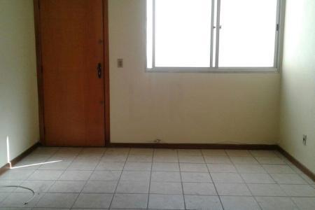 Excelente apartamento com aproximadamente 80 m², ótima localização, constituído de uma sala ampla com piso em cerâmica, 03 quartos com piso em cerâmica, banho social e suíte com bancada em granito, Box e piso em cerâmica, cozinha ampla azulejada com bancada em granito e piso em cerâmica. Área de serviço fechada, arejada e com piso em cerâmica.  Prédio revestido em pintura com cerca elétrica, interfone, portão eletrônico e uma vaga de garagem coberta, livre e demarcada.    Atualizado em 29/11/2018.