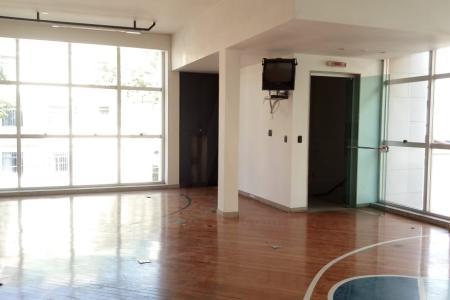 Andar inteiro / corrido, em ótimo prédio comercial de esquina, com mais 4 lojas de rua; no 1.º andar, com entrada independente; revestimento em porcelanato c/ detalhes em pastilhas e vidro; janelas em vidro temperado tipo máximo ar; excelente acabamento e localização; assim constituído: 160 m²; sendo 03 salas de escritório sendo 2 bem amplas e 1 menor; 2 banhos c/ lavabo externo, ambos c/ ótimo acabamento; ótima cozinha de apoio c/ bancadas em granito.    Atualizado em 26/11/2018.