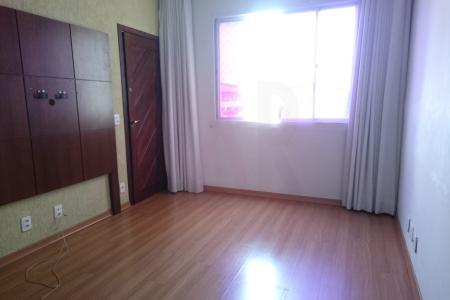 Excelente apartamento com aproximadamente 55 m², ótima localização, constituído de uma sala ampla com piso laminado, 02 quartos com armários, banho social com bancada em granito, Box, piso em cerâmica e armário, cozinha ampla azulejada com bancada em granito, excelentes armários e piso em cerâmica.  Prédio com cerca elétrica, interfone, portão eletrônico, alarme e uma vaga de garagem descoberta, presa e demarcada.    Atualizado em 13/07/2018.