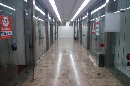 Lojão de 500 m², um pavimento com 245m² mezanino com 158m² 11 banheiros e área privativa descoberta de 97m². Localizada em galeria no Coração da Savassi, local com portaria, estacionamento rotativo no subsolo, podendo ser alugado separadamente. Esquina com Avenida Getúlio Vargas, ótima localização.   Obs. Iptu cobrado no boleto de condomínio.