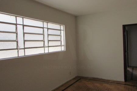 Excelente apartamento com aproximadamente 120m², ótima localização, constituído de 02 salas amplas separadas, com piso em taco, 04 quartos amplos com armários piso em taco, banho social, suíte com bancada em mármore e armários, box blindex, piso cerâmica, cozinha ampla planejada com bancada em granito excelente armários, piso cerâmica, área de serviço ampla, fechada arejada com DCE piso em cerâmica. Prédio recuado 100% revestido em mármore, gradeado, cerca elétrica, interfone, portão eletrônico e 01 vaga de garagem.