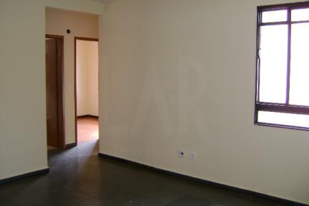 Apartamento em ótima região do bairro Jardim Leblon!   Sala ampla com piso em ardósia, 02 quartos com armários e piso em madeira, banho social com box em blindex, cozinha com armários, área de lavanderia com banho.  Próximo ao comércio e linhas de ônibus acessíveis.    Atualizado em 04/10/2018.