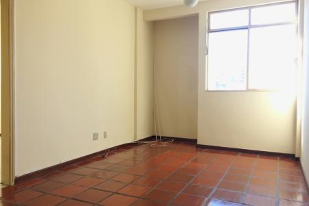 Ótimo apartamento, com 70m²!  Apartamento: Sala ampla com piso cerâmica rustica, janela ampa e muito ventilado; 02 dormitórios com piso em cerâmica, iluminados e ambos com armários embutidos; Cozinha com bancada em mármore, armários embutidos e DCE.  Prédio: Edifício com localidade privilegiada, Portaria 24hr, Portão eletrônico, Interfone, Hall de entrada, Salão de festas e área de churrasco; 01 Vaga de garagem livre, coberta e demarcada.    Atualizado em 07/10/2018.