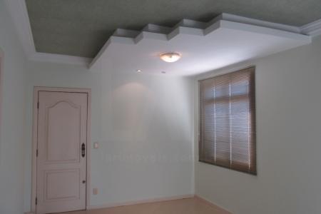 Excelente apartamento de aproximadamente 80 m² constituído por 01 sala ampla para dois ambientes com piso em laminado,03 quartos sendo uma suíte todos com piso em laminado e armário embutidos e uma varanda na suíte. Banhos social e suíte com bancada em granito e armários embutidos sobre a bancada com box no banho, revestimento e piso em cerâmica. Cozinha com bancada em granito com excelentes armários embutidos, revestimento e piso em cerâmica, DCE, 02 vagas de garagem, cobertas, paralelas, livres e demarcadas.