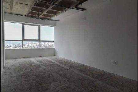 Sala de 30 m², excelente para escritórios e consultórios. Com piso em cimento grosso, janelão acústico e lavabo.  Portaria 24 horas e prédio imponente.  Próximo à av. Prudente de Morais.