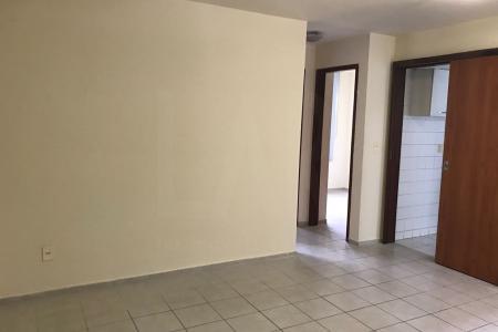 Prédio com excelente localização e próximo ao comércio, com porteiro eletrônico.  Apartamento com sala bem iluminada, 02 quartos com armários, cozinha com armários, área de serviço e banheiro com box e armário.    Atualizado em 18/09/2018.