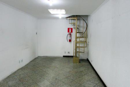 Loja de galeria em 2 níveis com 45m². 1º nível: loja toda reformada, teto rebaixado, paredes texturadas, piso em granito. 2º nível: escritório com armário. Localização: esquina com Avenida Amazonas.