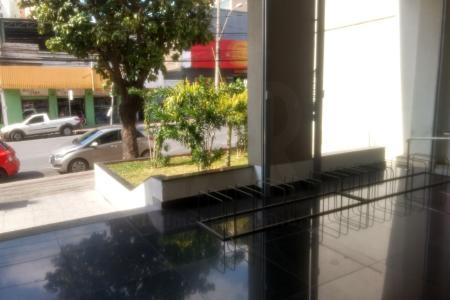 Excelente localização comercial no Barro Preto. Loja de rua com 330 mts e com o pé direito duplo um banho, está no contra-piso. Tem uma vaga de garagem e não tem taxa de condomínio, somente a vaga que paga R$ 20,00 de condomínio.    Atualizado em 25/11/2018.