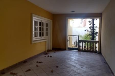 Linda casa !!! Portas e janelas em madeira maciça!  Duas salas bem amplas, piso tábua corrida, 3 quartos amplos com armários sendo 01 com suíte e hidromassagem. Banho social lindo e decorado. Cozinha com armários planejados. Área externa com atelier, forno artesanal , quintal bem ornamentado, lavanderia, DCE e aquecedores. Imóvel super seguro com Câmeras, sensores nas portas e janelas, sensores  de presença, Alarme, cerca elétrica, infra vermelho.    Atualizado em 28/09/2018.