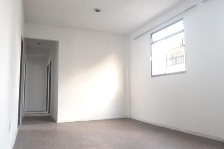 Oportunidade, apartamento em ótima localização, próximo ao comércio, ônibus, rua plana. Prédio em condomínio fechado.  Revestido em cerâmica. Apartamento de 03 quartos e piso em taco de madeira, sala para dois ambientes e piso em taco de madeira, banho social com bancada em granito e piso em cerâmica, cozinha com armário em baixo da pia e piso em cerâmica, área de serviço separada da cozinha e piso em cerâmica, banco de empregada. 01 vaga de estacionamento.    Atualizado em 06/10/2018.