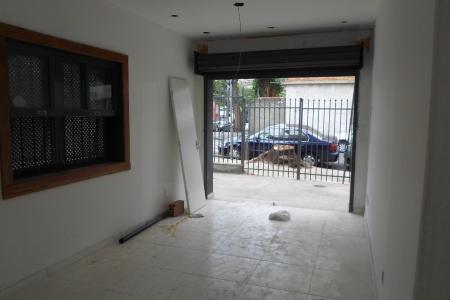 Loja com 30m², com piso em cimento; 1 banho com piso em cerâmica, recuada; 1 vaga frontal; próximo comercio, rua plana.    Atualizado em 10/12/2018.